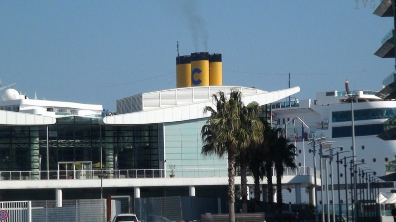 2 Marzo 2012: salpa da Savona la nuova Costa NeoRomantica.