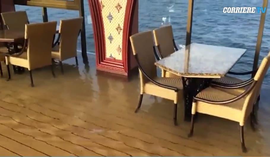 Panico sulla nave da crociera: si inclina su un fianco