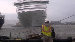 VIDEO: Carnival Triuph alla deriva colpisce un'altra nave in porto