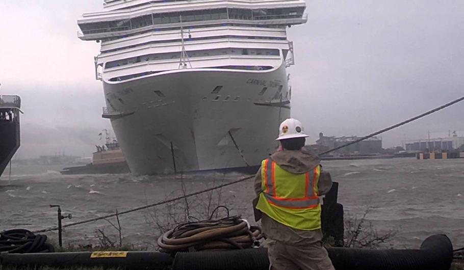 Carnival Triumph alla deriva colpisce un'altra nave in porto