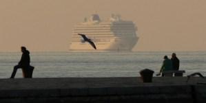 Nebbia a Venezia: Viking Sea attracca a Trieste. Foto notizia.