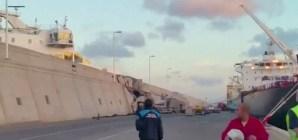 VIDEO: Canarie, traghetto carico di passeggeri contro il molo, si rompe tubatura idrocarburi