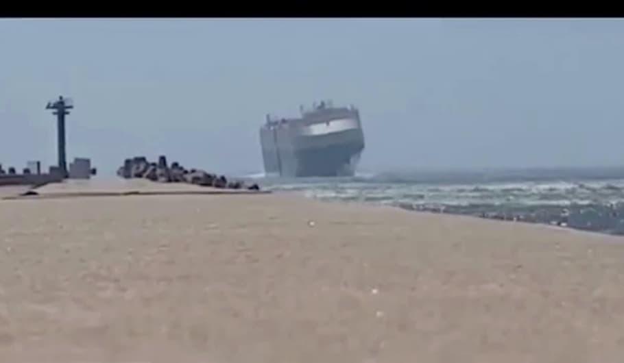 Onde alte e vento forte rischiano di ribaltare la nave