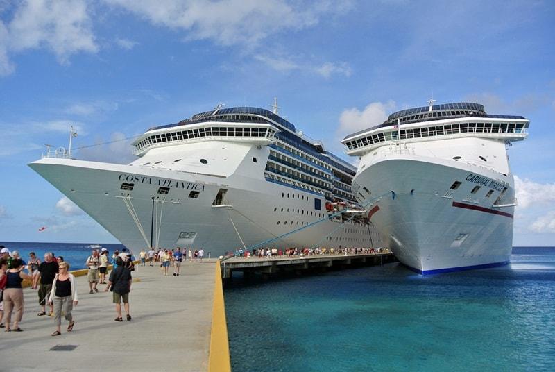 Costa Atlantica e Carnival Miracle attraccate a Grand Turk