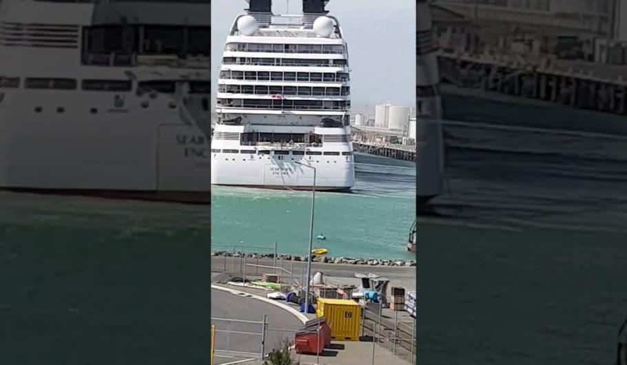 Nuova Zelanda: Seabourn Encore strappa gli ormeggi e scontra una nave da carico