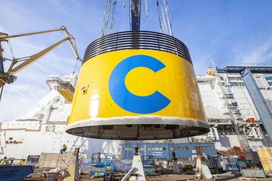 Finlandia, installato il fumaiolo di Costa Smeralda, la prima unità della flotta a LNG. Ad ottobre il debutto