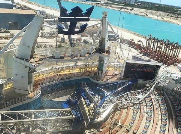 Crolla una gru su Oasis of the Seas durante la sosta in bacino di carenaggio